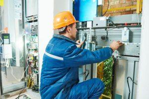inspector ascensor trabajando